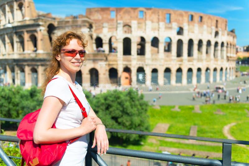 Молодой женский турист на предпосылке Colosseum в Риме стоковые изображения