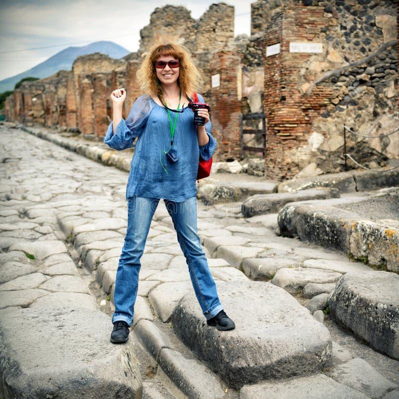 Молодой женский турист представляя в Помпеи стоковое фото rf
