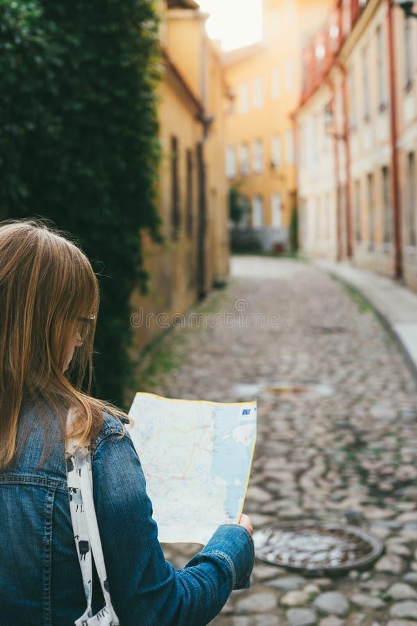 Молодой женский турист при карта ища путь стоковое фото