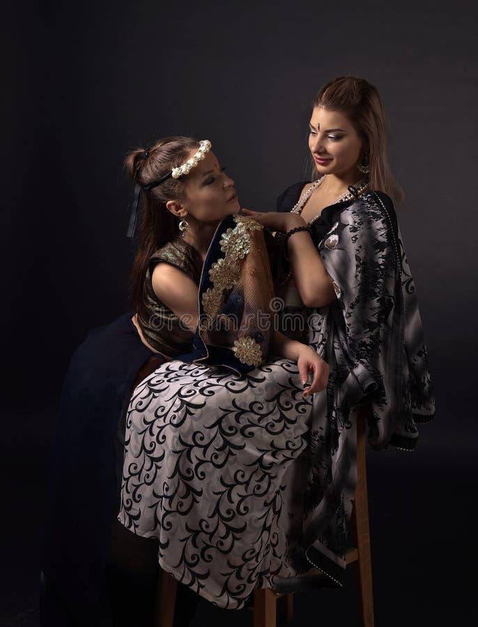 2 молодой женщины в национальном индийском костюме стоковое изображение rf