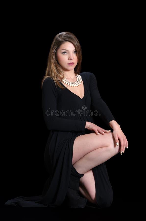 Молодой женщины носки платье и ожерелье черноты длиной стоковое фото