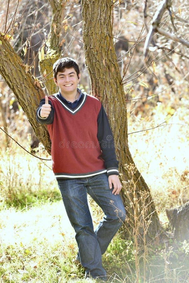 Молодой знак о'кей мальчика стоковое изображение rf