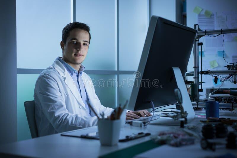 Молодой инженер работая на столе стоковые фотографии rf