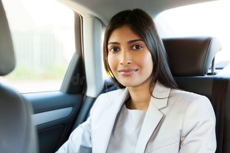 Молодой индийский автомобиль женщины стоковые фотографии rf