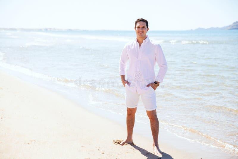 Молодой испанский человек на пляже стоковые изображения