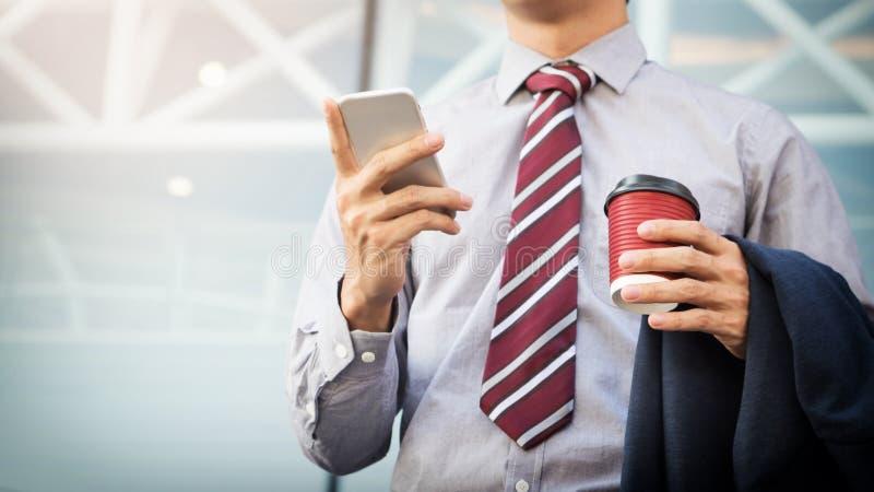 Молодой и успешный бизнесмен читает сообщение на его sma стоковое фото rf