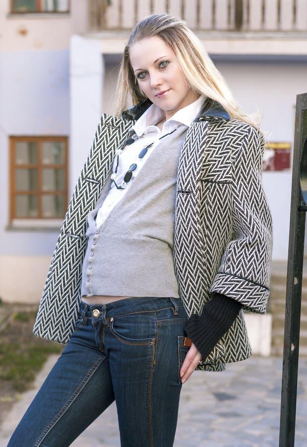 Молодой и чувственный кавказский белокурый представлять женщины ослабленный Outdoors стоковые изображения