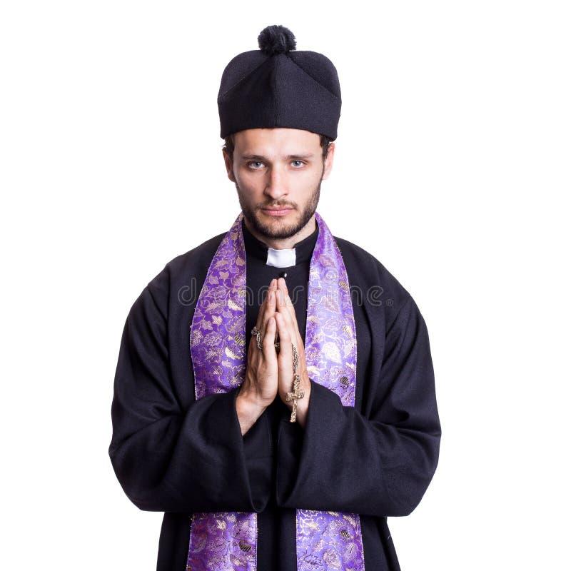 Молодой католический священник моля стоковые фотографии rf