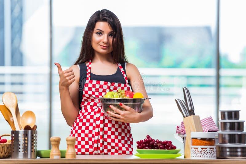Молодой кашевар с плодоовощами в кухне стоковая фотография rf