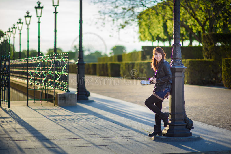 Молодой красивый азиатский женский путешественник стоя на улице внутри стоковое изображение rf