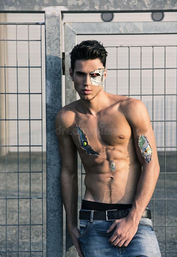 Молодой красивый без рубашки робототехнический человек на улице стоковые изображения rf