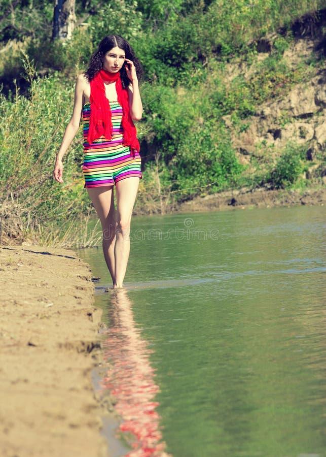Молодой красивый идти женщины внешний в солнечном дне стоковая фотография rf