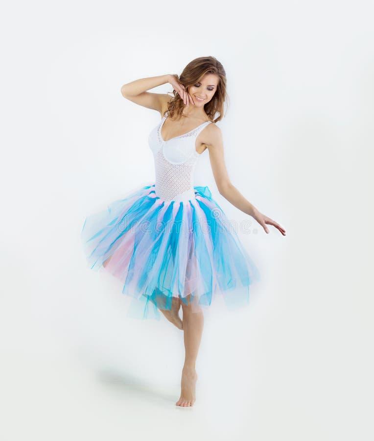 Молодой красивый нежный танцор девушки представляя на белой студии предпосылки стоковое фото rf