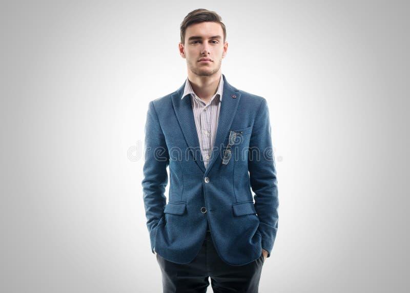 Молодой красивый парень стоя самостоятельно с его руками стоковая фотография