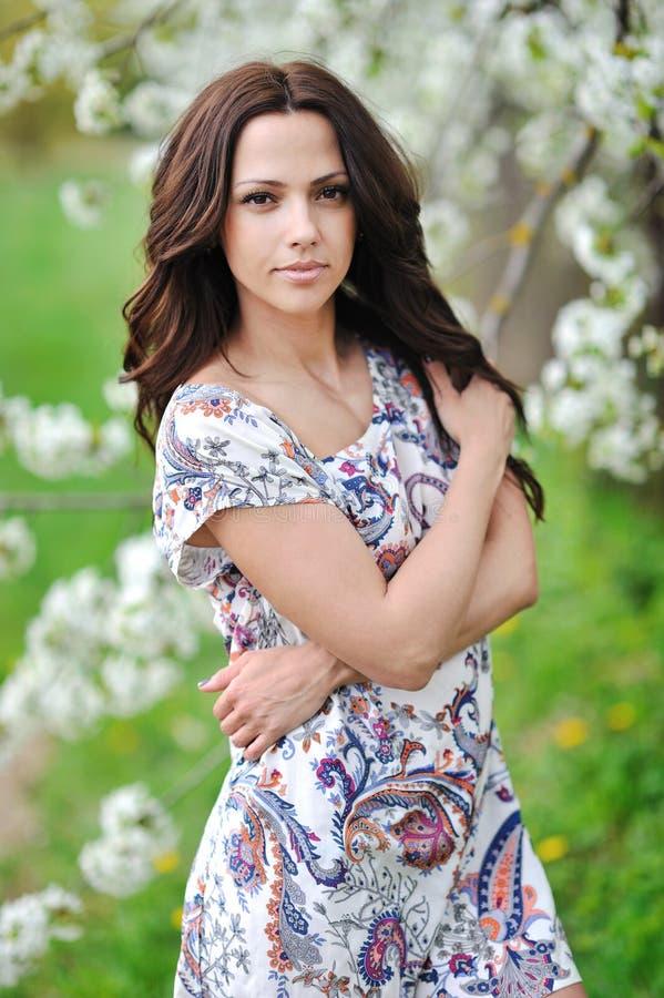 Молодой красивый портрет дамы на природе outdoors стоковая фотография