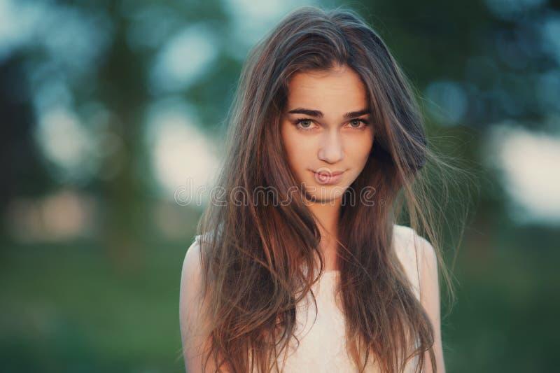 Молодой красивый портрет девушки стоковая фотография