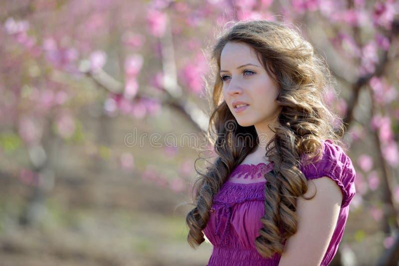 Молодой красивый портрет женщины внешний стоковые фото