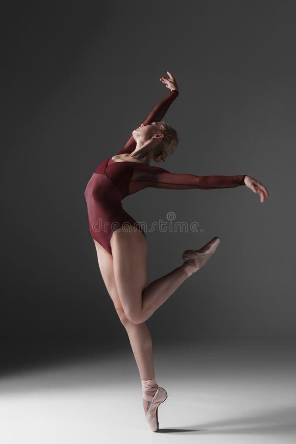 Молодой красивый современный танцор стиля представляя на a стоковое изображение rf