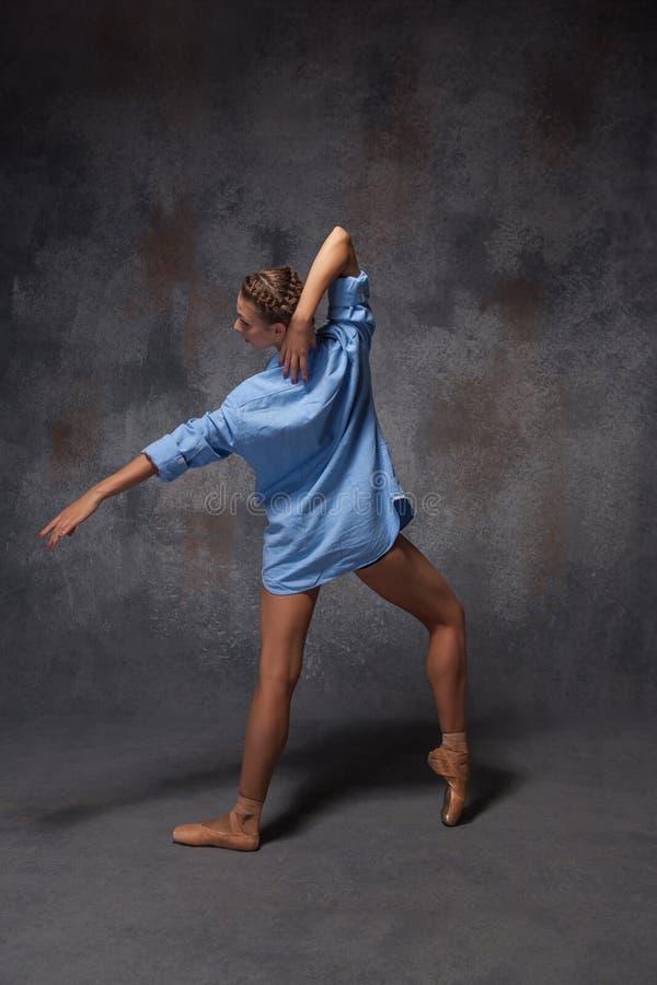 Молодой красивый современный танцор стиля представляя на a стоковые изображения rf