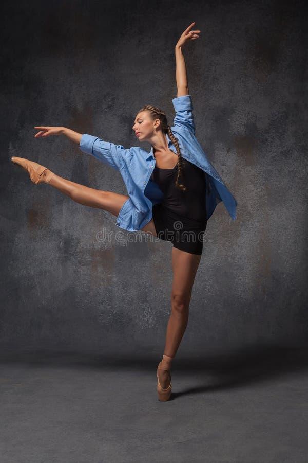 Молодой красивый современный танцор стиля представляя на a стоковое фото