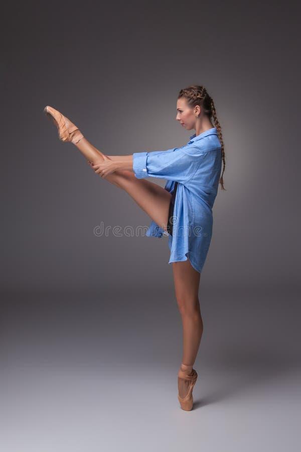 Молодой красивый современный танцор стиля представляя на a стоковое фото rf