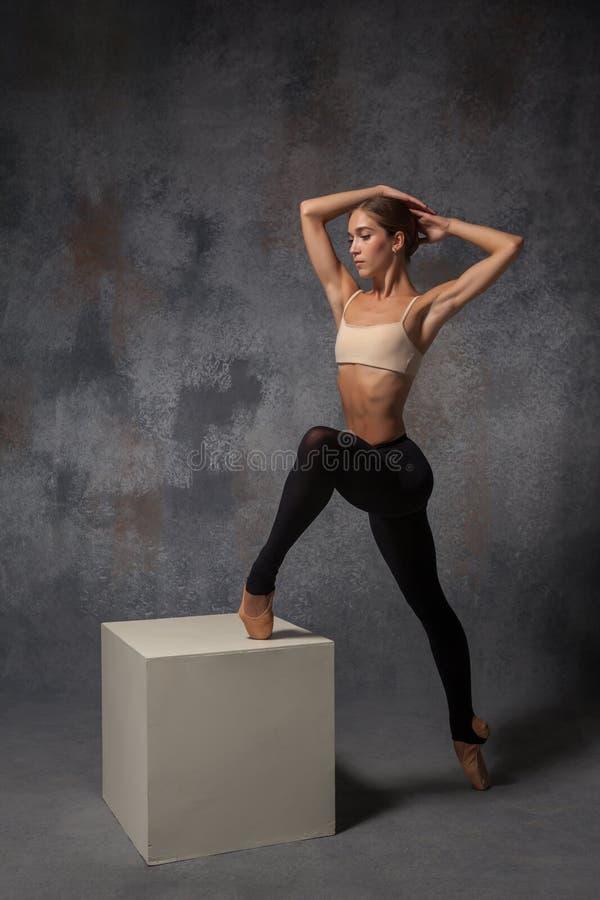 Молодой красивый современный танцор стиля представляя на a стоковые фотографии rf