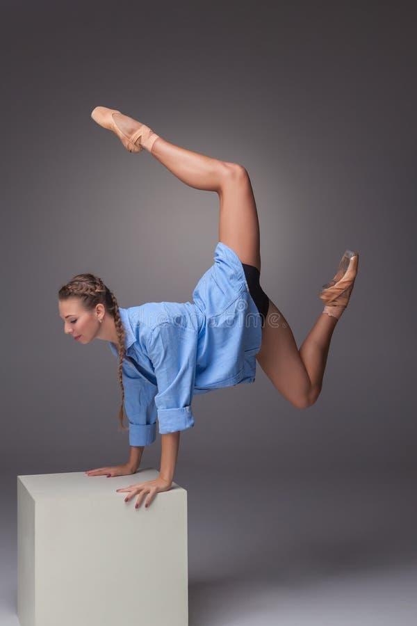 Молодой красивый современный танцор стиля представляя на a стоковые изображения