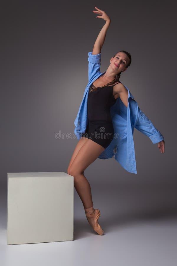 Молодой красивый современный танцор стиля представляя на a стоковое изображение