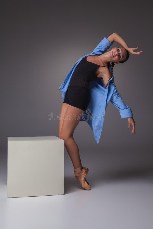 Молодой красивый современный танцор стиля представляя на a стоковые фото