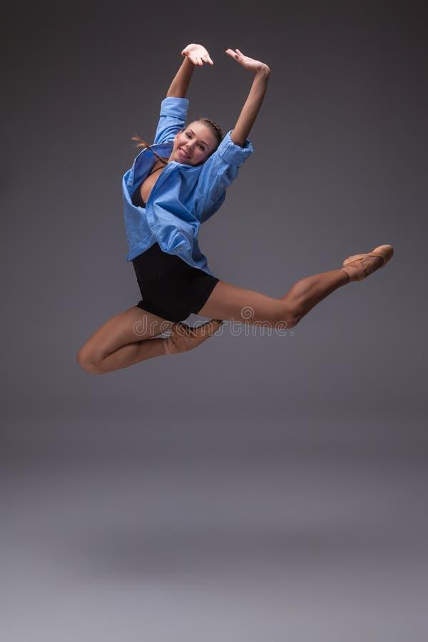 Молодой красивый современный танцор стиля скача в a стоковая фотография