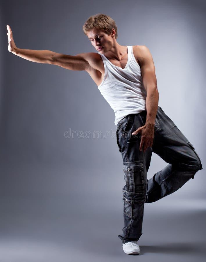 Молодой красивый тазобедренный танцор хмеля представляя в студии стоковая фотография rf
