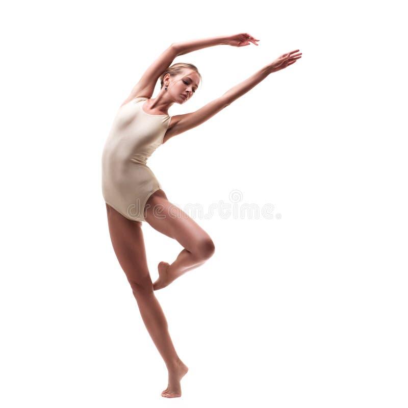 Молодой красивый танцор в бежевом купальнике стоковое фото rf