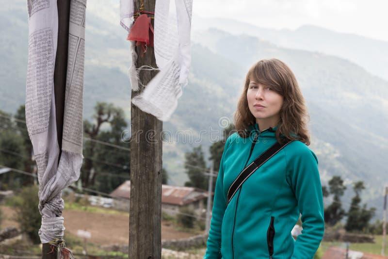 Молодой красивый турист женщины стоя буддийская молитва сигнализирует стоковое фото rf