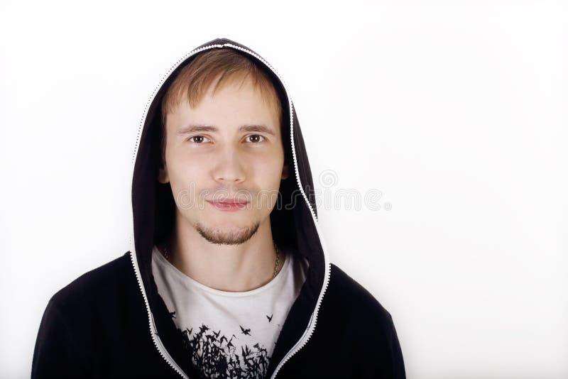 Молодой красивый человек в черных hoodies стоковое изображение rf