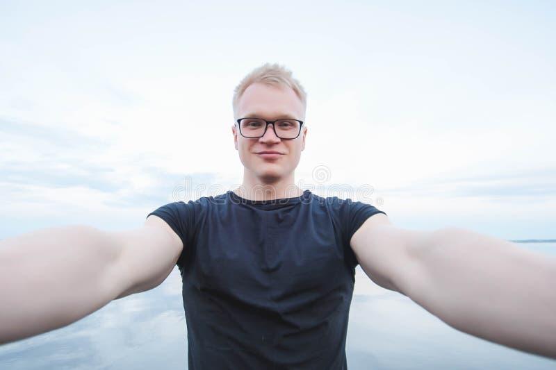 Молодой красивый человек принимая фото selfie стоковые фото
