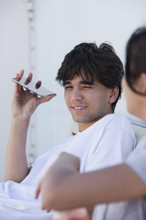 Молодой красивый biracial молодой человек усмехаясь, в белой футболке стоковая фотография