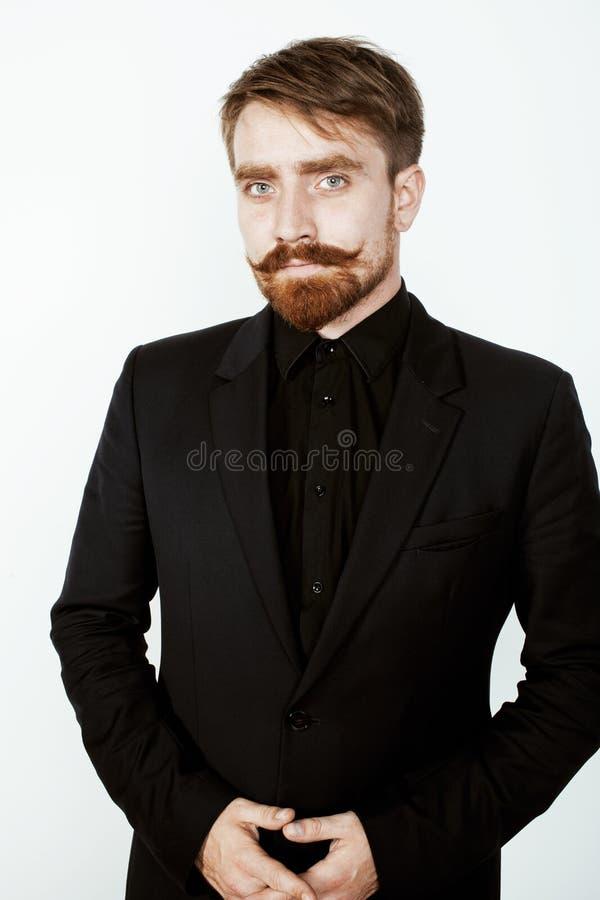 Молодой красный человек волос с бородой и усиком внутри стоковое фото
