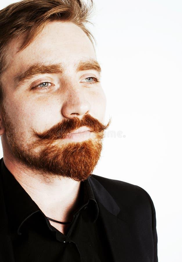 Молодой красный человек волос с бородой и усик в черном костюме на whit стоковое изображение