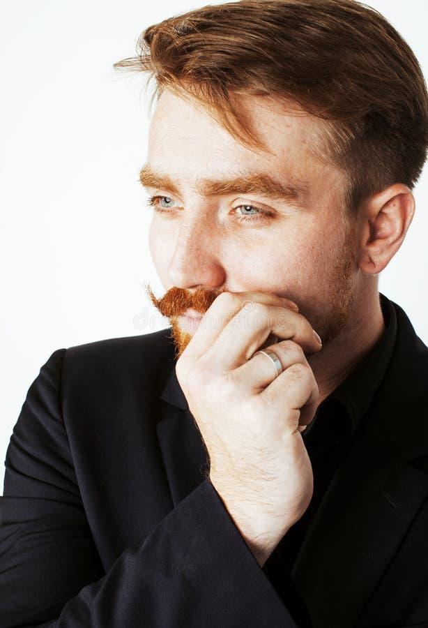 Молодой красный человек волос с бородой и усик в черном костюме на whit стоковая фотография rf