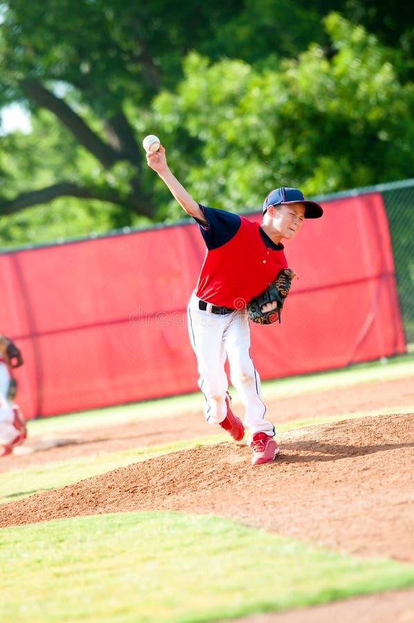 Молодой кувшин бейсбола мальчика стоковая фотография