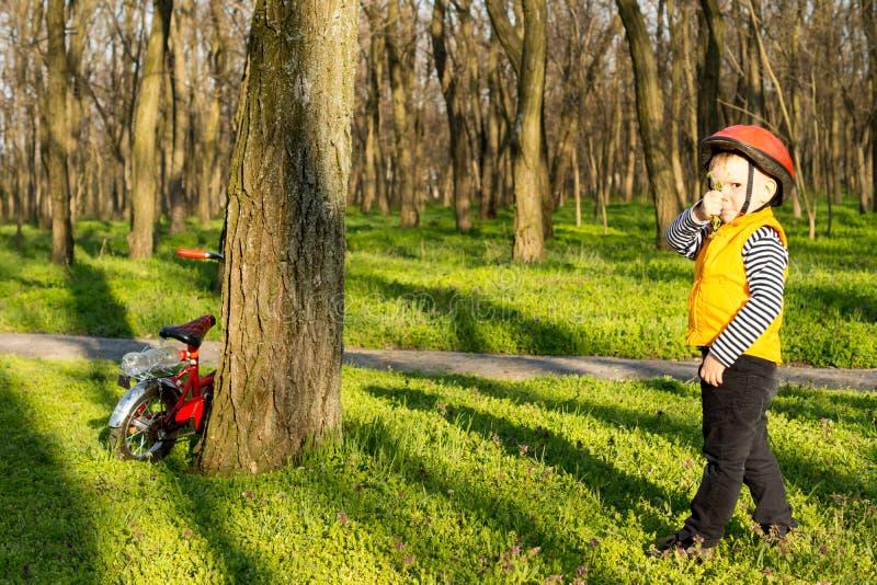 Молодой мальчик вне исследуя на его велосипеде стоковая фотография rf