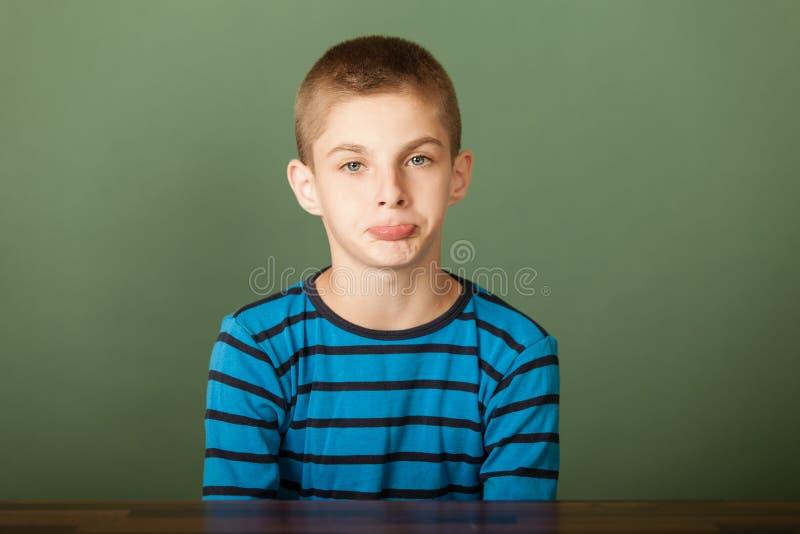 Молодой мальчик в pouts стоковая фотография