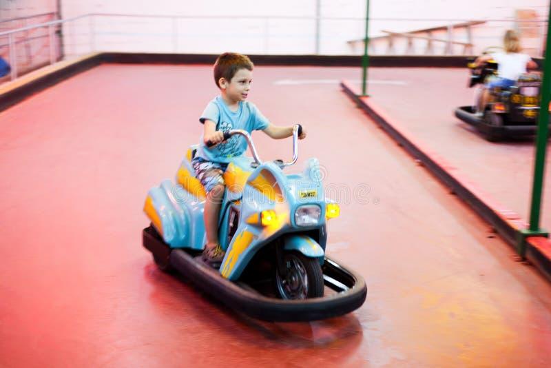 Молодой мальчик ехать электрический мотоцикл стоковые изображения
