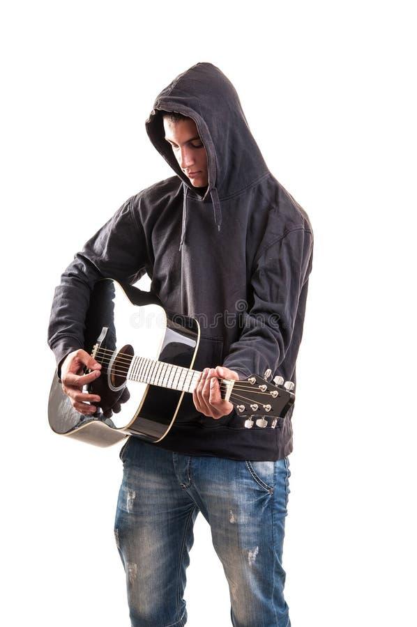 Молодой мальчик играя гитару стоковое изображение rf