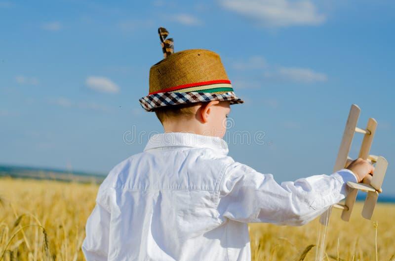 Молодой мальчик играя с модельным самолетом стоковое изображение