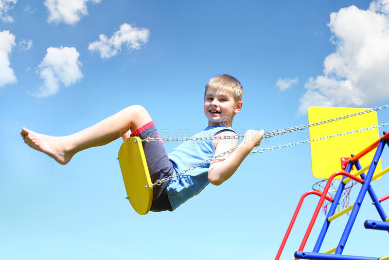 Молодой мальчик на качании стоковое фото rf