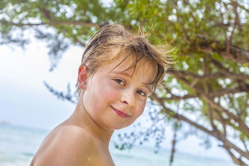 Молодой мальчик на пляже стоковое фото rf
