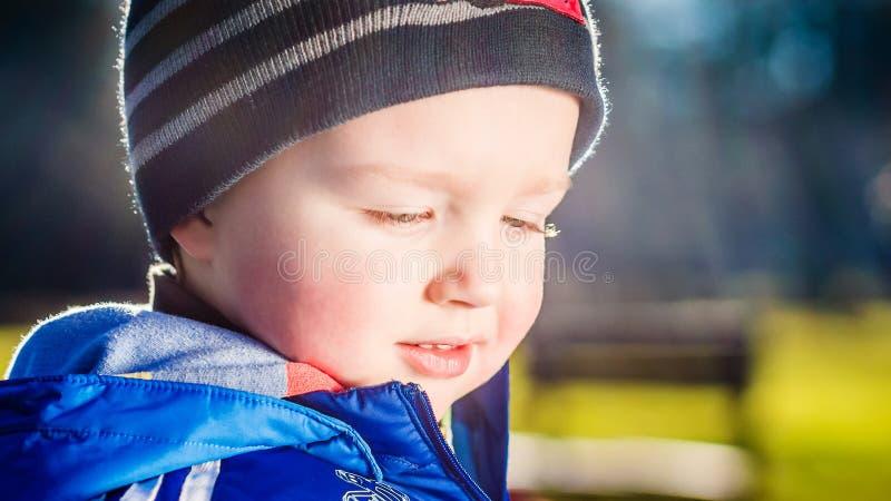 Молодой мальчик на усмехаться прогулки стоковая фотография rf