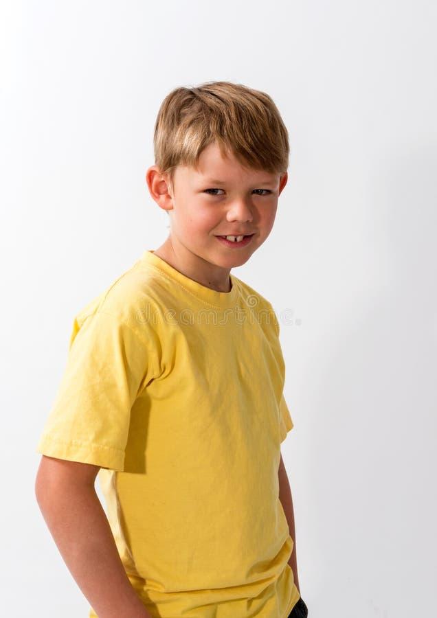 Молодой мальчик представляя в шляпе стоковые фотографии rf