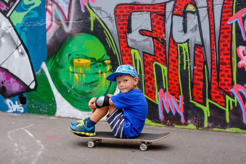 Молодой мальчик принимая остатки на парк конька стоковая фотография rf